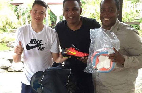 Ajax-jeugdvoetballer Mees de Wit ondersteunt damesvoetbalproject Ascona