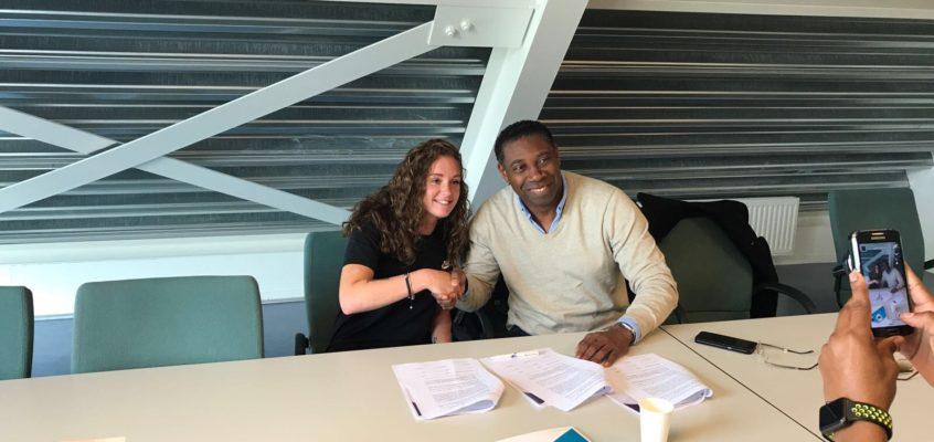 Ondertekening van de stage overeenkomst tussen Lisette Pipping en Ronald Esajas van Stichting Ascona.